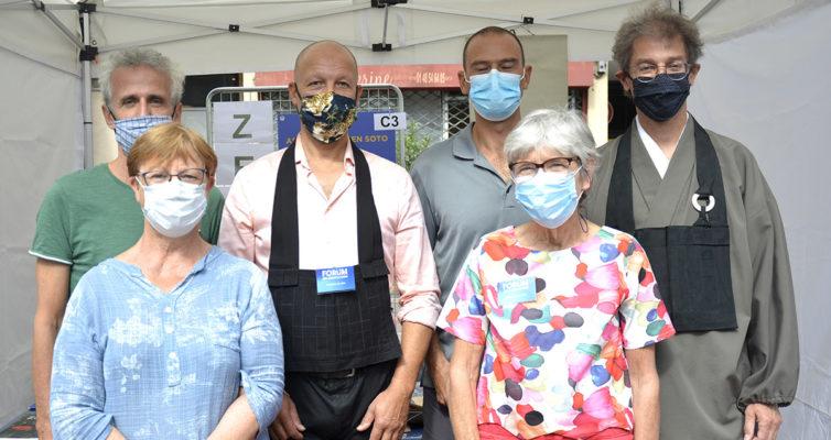 le groupe des membres -masqués- de l'association AZS93 au forum des associations de Rosny